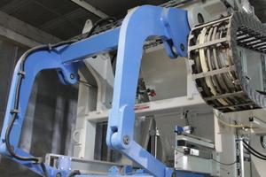 Der neue Steinfertiger Multimat RH 2.000-3 MVA der dritten Umlaufanlage. Oben ist das Ziehblech für die Produktion von Colormix-Produkten gut sichtbar