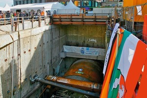 """<span class=""""bildunterschrift_hervorgehoben"""">Fig. 1</span> The tunnel christening ceremony of Construction Lot 2 of the new Wehrhahn Line was attended not only by those directly involved in the construction, but also by many citizens of Düssseldorf who dared to look down into the depth."""