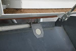 """<div class=""""bildtext"""">Ein Litronic-FMS II-Sensor, angebracht unter einem Silo</div>"""
