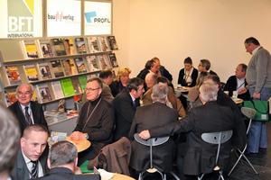 Bei einer Tasse Kaffee im BFT Café füllten viele Teilnehmer der Ulmer BetonTage die Postkarten für das Gewinnspiel aus<br />