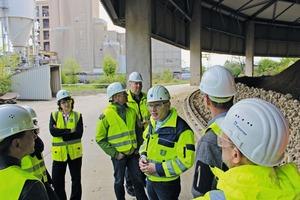 """<div class=""""bildtext_en"""">Den gelungenen Abschluss der Veranstaltung bildete eine Führung durch das Dyckerhoff-Zementwerk Göllheim mit Direktor Rüdiger Matheis, Leiter Werksgruppe Süd (Bildmitte)</div>"""
