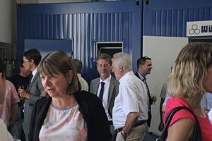 "<div class=""bildtext_en"">Managing director Hubert Würschum (center rear) in talks with visitors</div>"