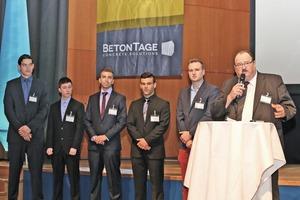 """<div class=""""bildtext"""">Die ausgezeichneten Lehrlinge mit dem BBF-Vorsitzenden Peter Aicheler (rechts)</div>"""