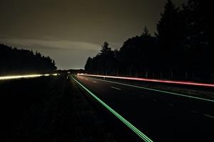 """Der Smart Highway, dieAutobahn N329 in Oss in den Niederlanden. Die Fahrbahnmarkierungen oder """"Glowing lines"""" laden sich tagsüber durch das Sonnenlicht auf und leuchten nachts zehn Stunden lang"""
