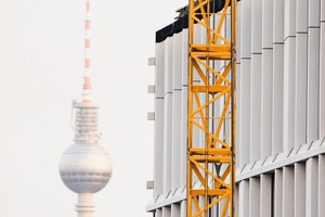 """<div class=""""bildtext_en"""">Situated in the heart of Berlin, right next to Berlin Main Station – there is hardly any """"more central"""" location for a building in Germany </div>"""