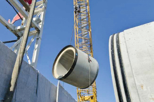 → Pipe-jacking construction site using large pipes made of reinforced concrete