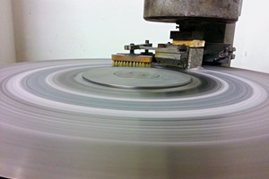 """<div class=""""bildtext_en"""">Abrasion resistance test according to DIN52108 using the so-called Boehme disc; test run</div>"""