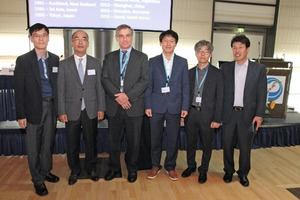 """<div class=""""bildtext_en"""">David R. Smith, Technical Director of the Interlocking Concrete Pavement Institute (ICPI) and new SEPT CEO, with the delegation from Seoul, which will organize the next ICCBP 2018 in the South Korean capital</div>"""