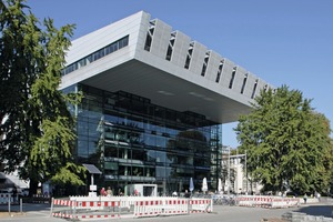 "<div class=""bildtext"">Konferenz-Ort: Das Super C-Gebäude</div>"