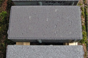 "<div class=""bildtext_en"">Comparison of anthracite-colored concrete paving blocks: the block on the top contains 0.4 % Murasan Hydrotech 884 and shows the best results</div>"