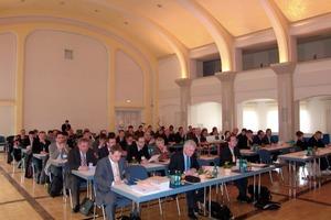 """<span class=""""bildunterschrift_hervorgehoben"""">Abb. 1</span> Seminarteilnehmer im Auditorium des Dyckerhoff-Werks in Wiesbaden."""