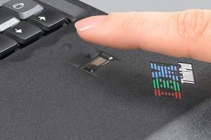 """<div class=""""bildtext"""">… ein Fingerprint-Sensor verhindert unautorisierten PC-/Datenzugriff</div>"""
