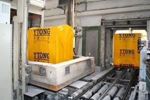 """<span class=""""bildunterschrift_hervorgehoben"""">Fig. 16</span> The last work station: the aerated concrete blocks are wrapped in the typical yellow Ytong film.<br />"""