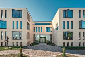 """<div class=""""bildtext"""">Was wie eine Sandsteinfassade anmutet, ist eine aus Betonfertigteilen konzipierte Lösung am Firmenhauptsitz der B.T. Innovation GmbH</div>"""