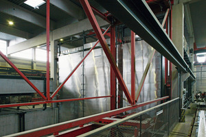 """<div class=""""bildunterschrift_en""""> The curing chamber's stainless steel cover will be opened by vertical lifting. The unit located at the very top then simply projects from the curing chamber block</div>"""