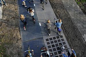 Eine Solaroad-Teststrecke in Krommenie in der Provinz Nord-holland. Das gesammelte Sonnenlicht wird nachts für die Straßenbeleuchtung genutzt