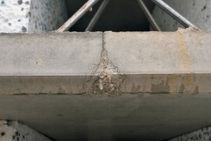 The Notch-free system enables shuttering without bevelled notches. This prevents the unattractive marks in concrete (see image center) at the triangular notches of the shutters.