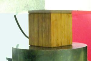 Druckversuch: Bambuskomposit eingespannt in die Universalprüfmaschine