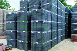Betonpflasterstein-Transportsicherung mit Umreifung und Oberfolie