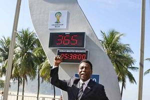 Brasiliens Fußball-Idol Pelé weihte genau ein Jahr vor Beginn der Fußball-WM in Brasilien die offizielle Countdown-Uhr in Rio de Janeiro ein