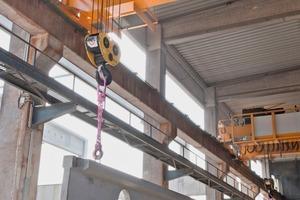 """<div class=""""bildtext"""">Die Zweiträgerbrückenkrane heben synchron und sicher Betonelemente mit einem Gewicht von bis zu 64 t und einer Länge von bis zu 40 m</div>"""