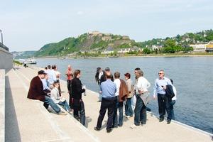 """<span class=""""bildunterschrift_hervorgehoben"""">Abb. 1</span> Die neu angelegten Rheinstufen aus Betonwerkstein waren ein beliebter Treffpunkt für die Tagungsteilnehmer auf der BUGA 2011.<br />"""