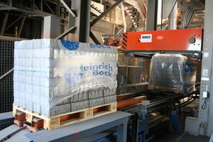 Die fertigen Pflastersteine werden umreift, paketiert und für die Lagerung beziehungsweise den Versand vorbereitet