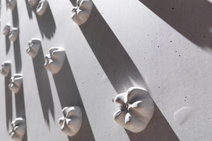 Einzigartige Fassade: Die Blüten sind Abdrücke von handelsüblichen PET-Flaschenböden