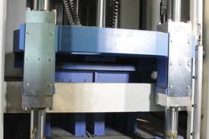 Alle Achsen der Auflast, der Form und der Füllwagen werden in der Bewegung mit einer Auflösung von 1/10 mm überwacht und präzise angesteuert