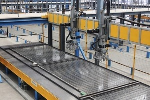 The robot places the lattice girders manufactured into the pallet in a fully automatic way