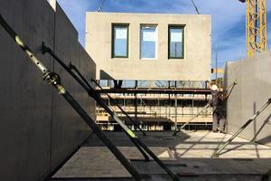 """<div class=""""bildtext"""">Voorbij Prefab konzentriert sich mittlerweile ausschließlich auf die Herstellung von Betonfertigteilen für den Wohnbau. Diese werden an Bauunternehmen ausgeliefert oder für eigene Projekte eingesetzt</div>"""