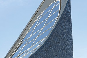 """<div class=""""bildtext_en"""">The spire should continuously project from the building without having a horizontal fascia. The only available option to achieve this goal was precast</div>"""