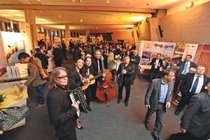 """<div class=""""bildtext"""">… und der Fair-Binden-Abend in der Ausstellung der Zulieferindustrie</div>"""