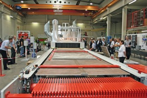 The many guests who had come to the in-house exhibition of SR Schindler were given a live demonstration of the Universal Print coating line on pavers and slabs
