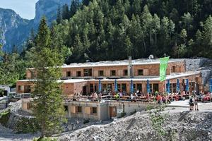 """<div class=""""bildtext"""">Die Höllentalangerhütte auf der Zugspitze ist ein beliebtes Touristenziel</div>"""