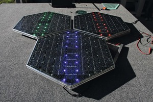 Die Module von Solar Roadways sammeln nicht nur Sonnenenergie; mit farbigen Leuchten geben sie den Nutzern der Fahrbahn auch Verkehrshinweise