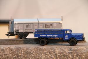 Güterwagen der Spur H0 mit Lkw