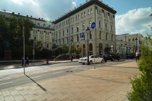 Drei Beispiele für Straßen und Plätze in Moskau, gepflastert mit Pflastersteinen und Platten von Fabrika Gotika
