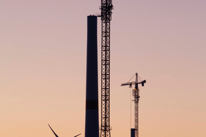 Assembly of a hybrid tower with climbing crane
