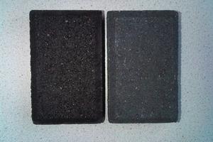 """<span class=""""bildunterschrift_hervorgehoben"""">Abb. 1</span> Der Unterschied zwischen """"Pechschwarz"""" und Anthrazit an zwei Steinprodukten.<br />"""