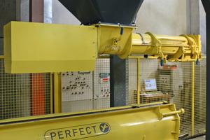 Über einen Übergabetrichter wird die Betonierstation kontinuierlich mit SVB aus der Mischanlage versorgt<br />