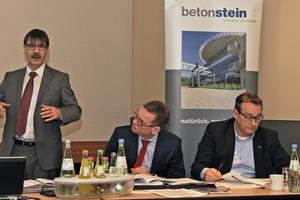 "<div class=""bildtext_en"">Dipl.-Ing. Dietmar Ulonska, SLG Managing Director (left), informed members of the wide range of activities of the association</div>"