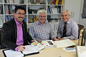 "<div class=""bildtext_en"">Martin Möllman, Member of the Executive Board, its Chairman Richard ­Bayer, and BFT editor Silvio Schade (from right to left) rummage through the treasures of info-b's 40-year history</div>"