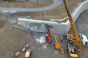 """<div class=""""bildtext_en"""">Assembly of the finished wall panels at the service area """"Sauerland Ost""""</div>"""
