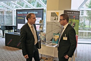 In the accompanying exhibition, thespeakers and visitors had an opportunity for an exchange of experience – here Hubert Rapperstorfer (left) and Marco Hahn at theinfo stand of Bauverlag