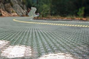 Auch die US-Firma Solar Roadways hat Module entwickelt, die auf der Oberfläche vonFahrbahnen eingesetzt werden können