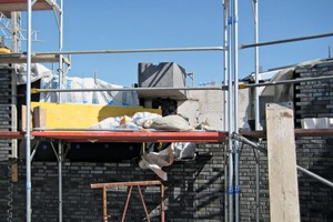 """<div class=""""bildtext_en"""">The precast element was mounted on the unfinished wall and the facing brickwork laid right to the element's edge</div>"""