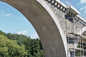 Railway bridge crossing the Selbitz valley: the concrete of the vaulted arches was refurbished using the new innovative carbon concrete